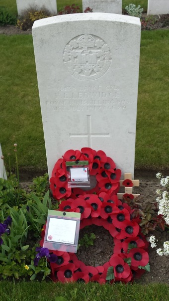 Grafzerk van Ledwidge op Artillery Wood Cemetery - Grave of the poet F.E. Ledwigde on Artillery Wood Cemetery ©YRH2015