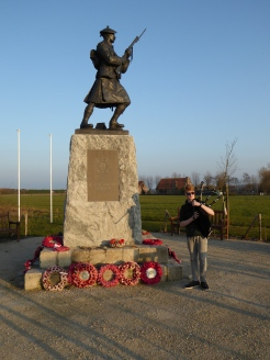 Black Watch Monument nabij Polygoonbos - Black Watch Memorial and young piper near Polygon Wood ©YRH2016