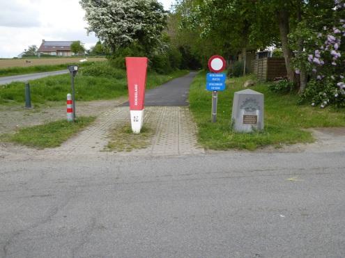 Fietspad (oude spoorweglijn) naar Zonnebeke/Tyne Cot Cemetery - Bike Trail towards Zonnebeke/Tyne Cot Cemeterey - Piste cyclable à Zonnebeke/Tyne Cot Cémetière ©YRH2016